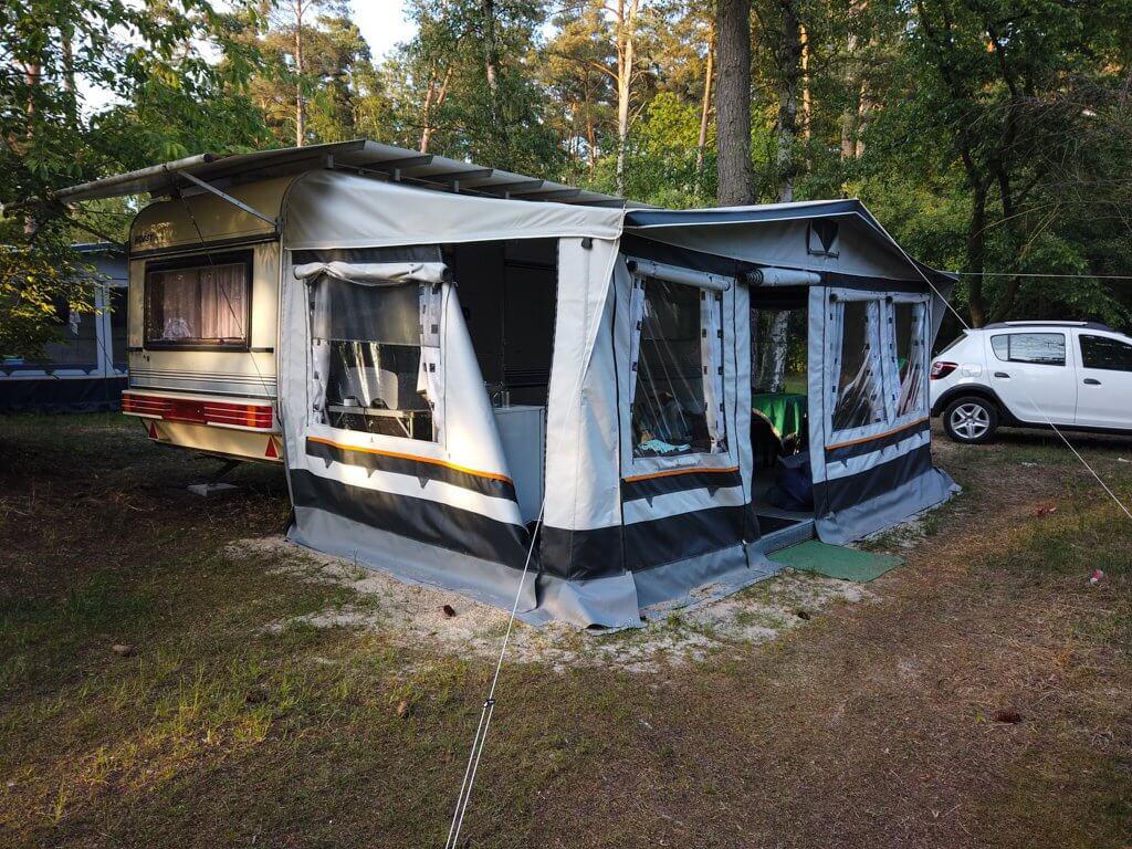 Hobby Mietwohnwagen mit aufgebauten Zelt