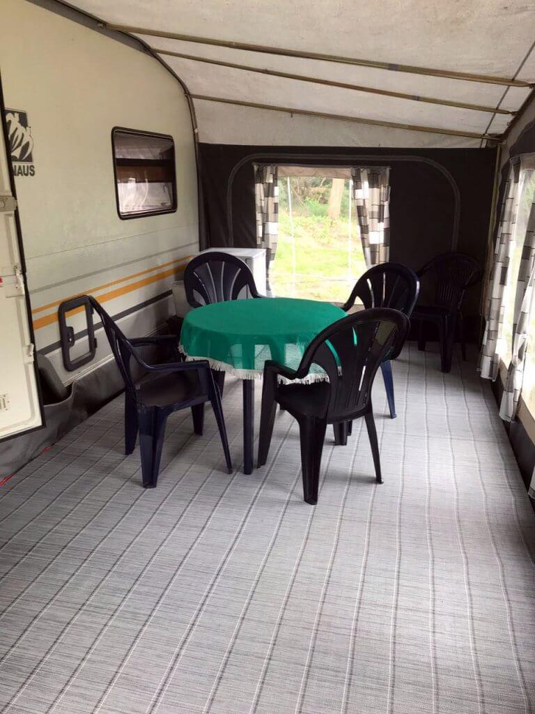 gemütlicher Sitzbereich unter dem Vorzelt vom Knaus Wohntrailer