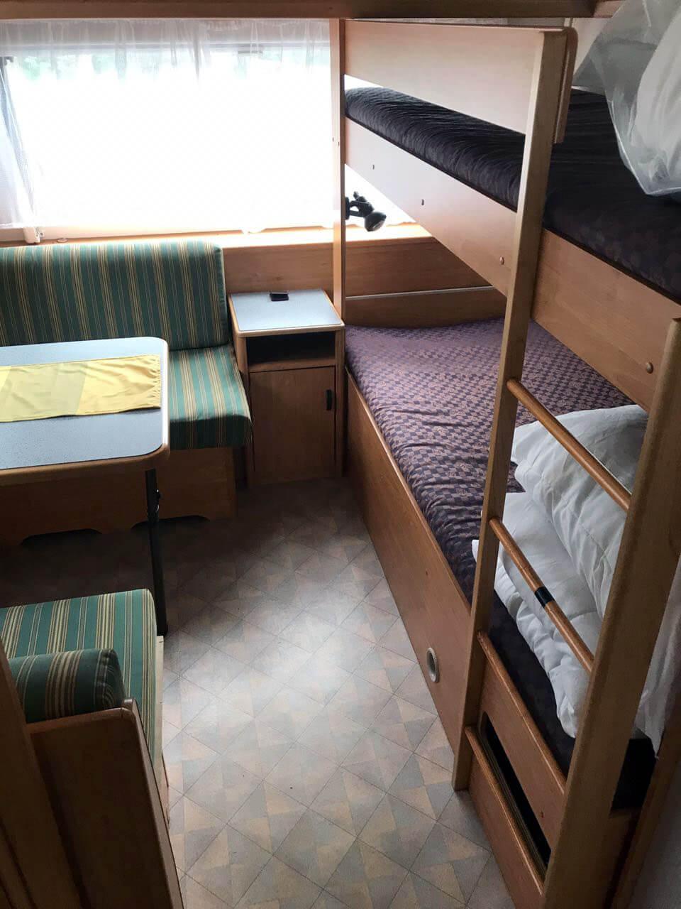 Schlafbereich vom Kanus Wohnwagen der am Rätzsee steht